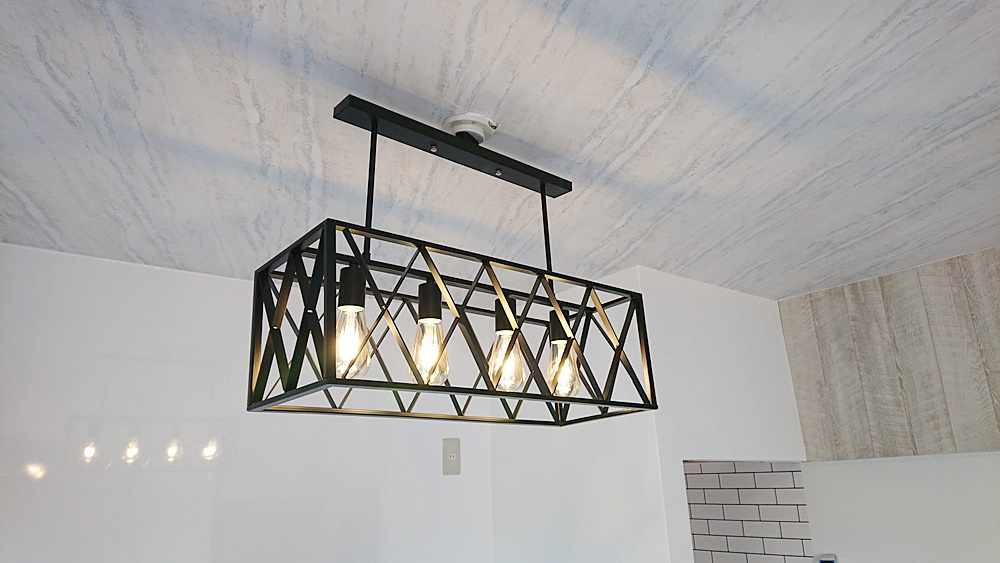 キッチンのインダストリアル意匠照明がヴィンテージ感を醸し出しています。