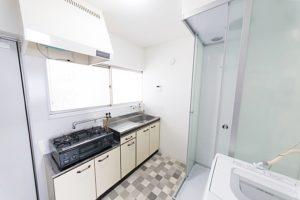キッチンの床もデザインを部屋ごとに変えています。