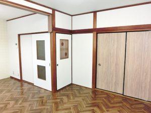 ヘリンボーン柄の床と白壁がマッチしています。