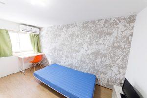 ベッド、デスク、イームズチェア、カーテンは部屋のイメージに合わせています。