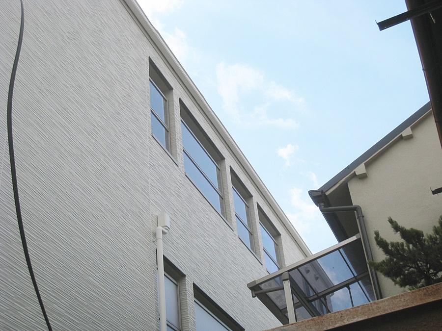 共用廊下・階段は雨侵入を防ぐプライバシー保護パネルを装備