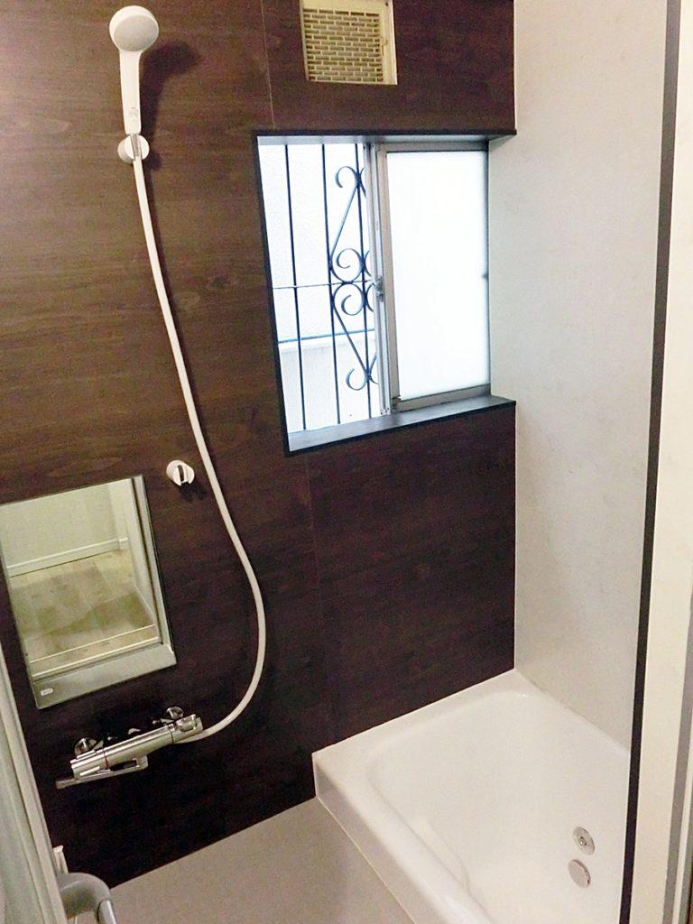 大きなシャワーヘッド装備の浴室