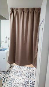 目隠しカーテンを閉めると奥の部屋が見えない。プライバシー確保