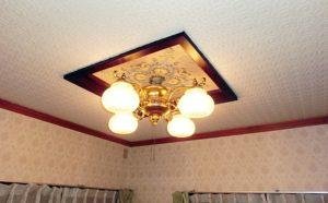 1階洋室のシャンデリア