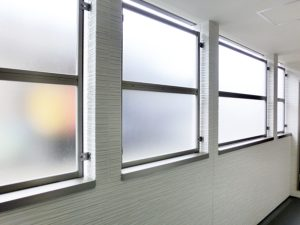 1階・2階の共用廊下は雨侵入を防ぐプライバシー保護パネルを装備