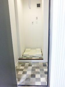 1階洗濯機置場。目の前が勝手口のため外にすぐに出れます。