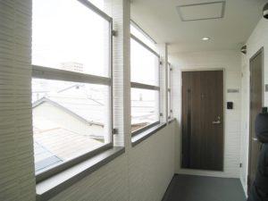 3階の共用廊下は雨侵入を防ぎ外を見通せるクリアパネルを装備