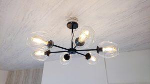 LDKのインダストリアル意匠照明がヴィンテージ感を醸し出しています